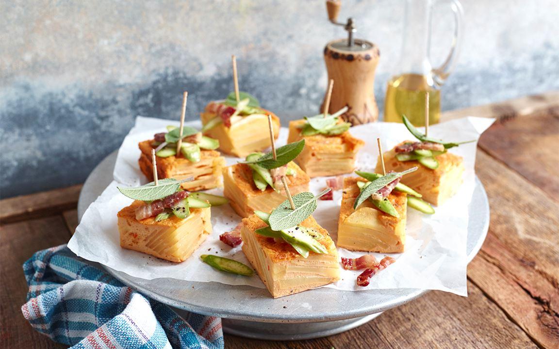 Kartoffelkuchen mit Speck, Salbei und grünem Spargel