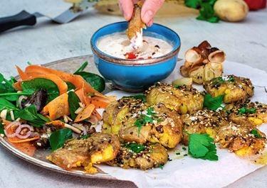 Smashed Potatoes mit Sesam und Arla Buko® Frische Dip Gegrillte Paprika