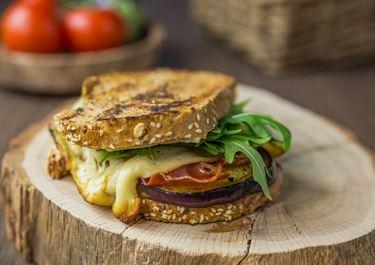 Grilled Cheese Sandwich mit Aubergine und Feigensenf