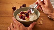 Arla® Skyr Bowl mit frischen Kirschen und Mandelblättchen