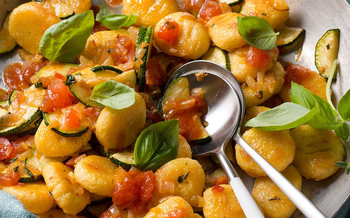 Arla Buko® Der Sahnige-Polenta-Nocken mit Gemüsesoße