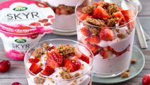 Arla® Skyr-Beeren-Trifle mit Vollkornstreuseln und Blütenpollen