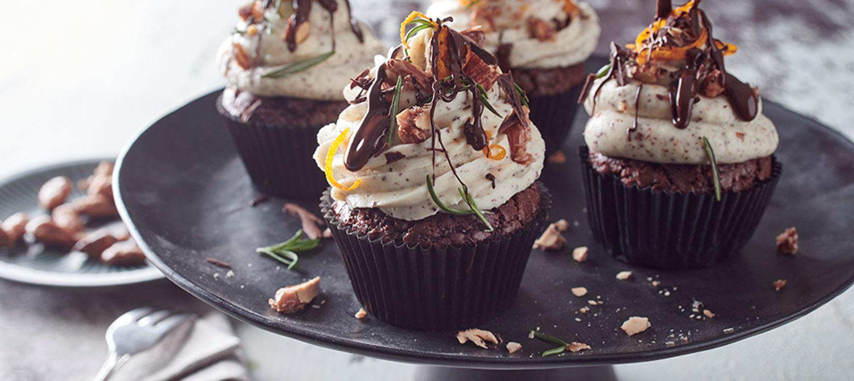 Winterlicher Schokoladen-Cupcakes mit Topping und Arla Buko® der Sahnige