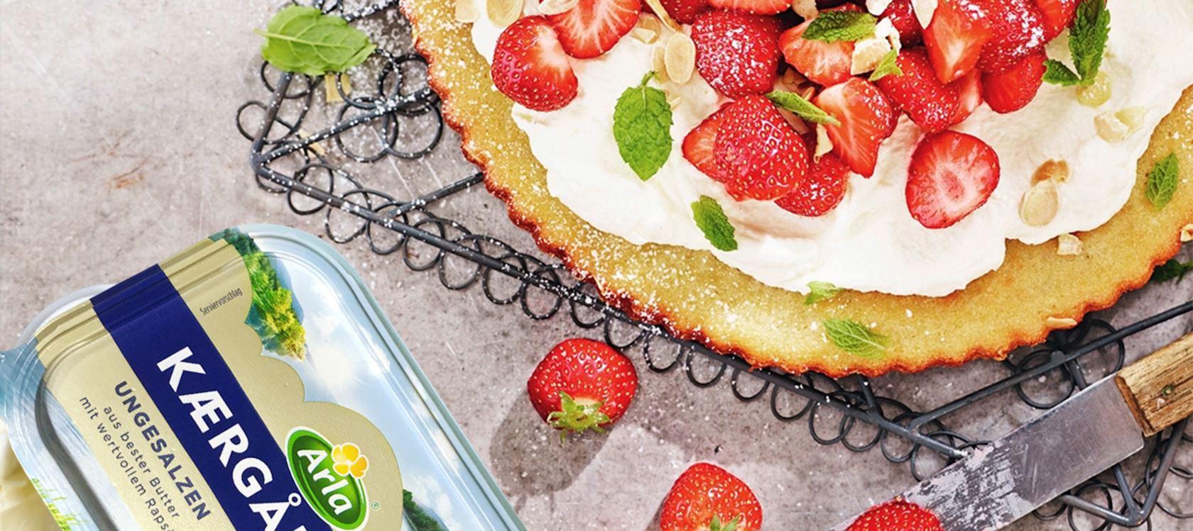 Skandinavische Mandeltorte mit Erdbeeren und Sahne