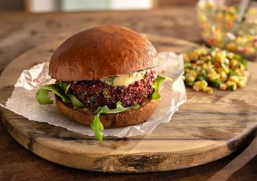 Burger aus Roter Bete, Quinoa und schwarzen Bohnen mit Chipotle-Butter und Mais-Salsa
