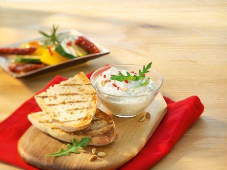 Rucola-Chili-Dip mit getrockneten Tomaten und Baguette