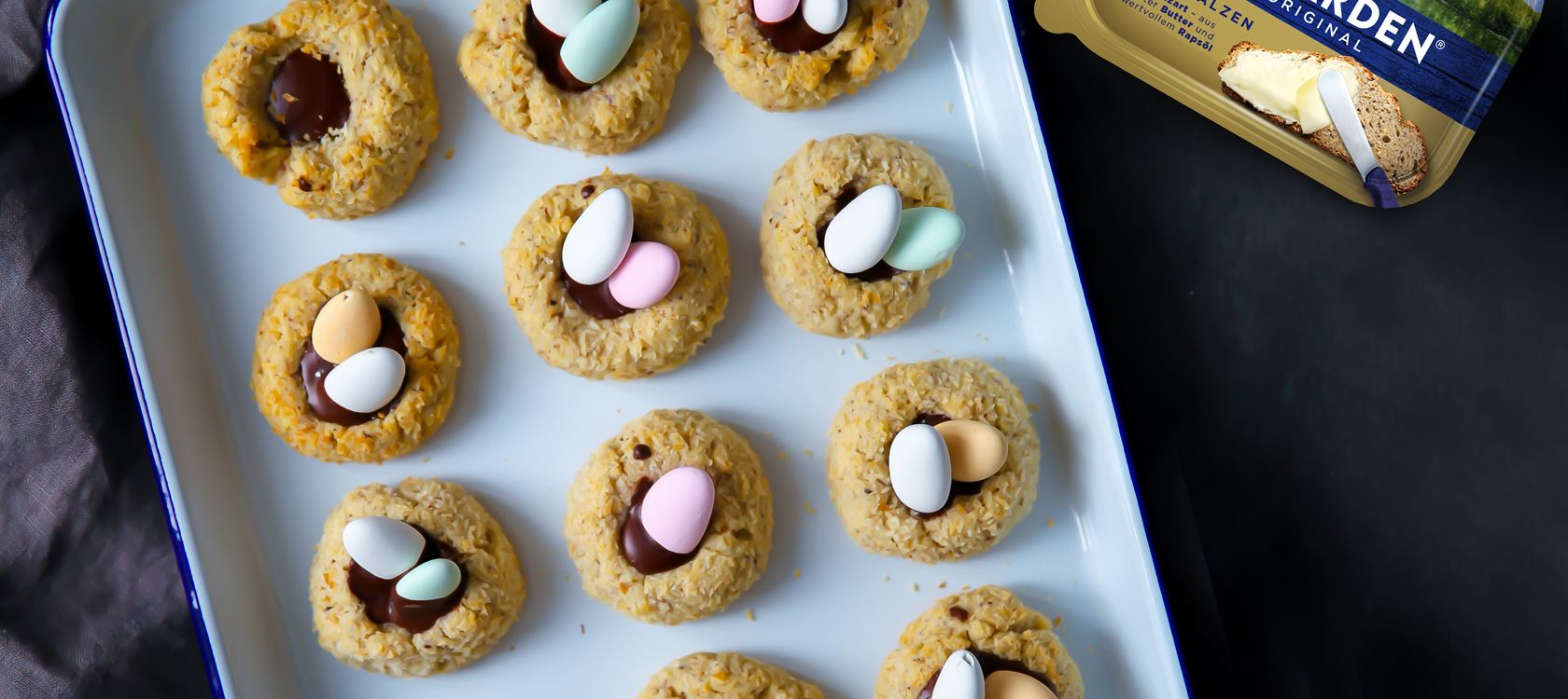 Haselnuss-Kokos-Oster-Cookies mit Schokoladenfüllung