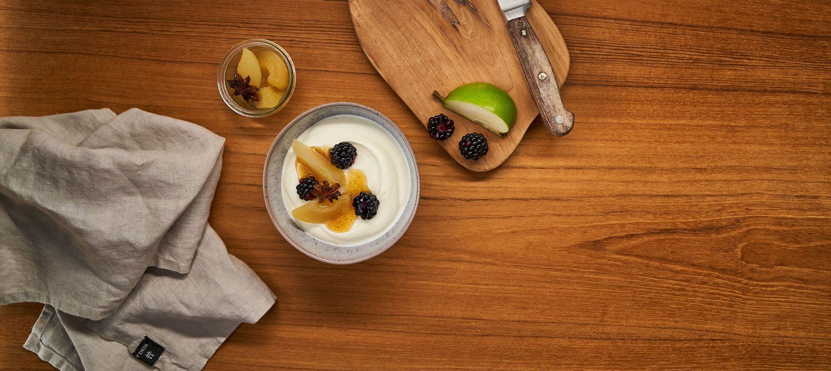 Arla® Skyr Bowl mit pochierten Birnen, Sternanis und frischen Brombeeren