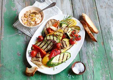 Antipasti vom Grill mit cremigem Frischkäse-Oliven-Dip