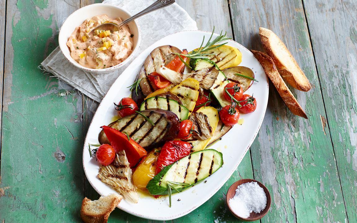 Antipasti vom Grill mit cremigem Barbecue-Oliven-Dip