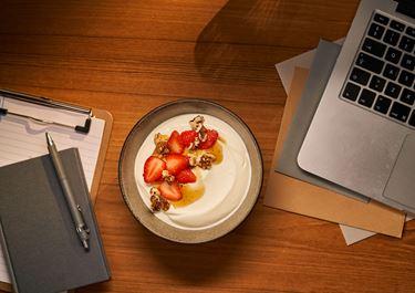 Arla® Skyr Bowl mit Erdbeeren, Walnüsse und Vanillesirup