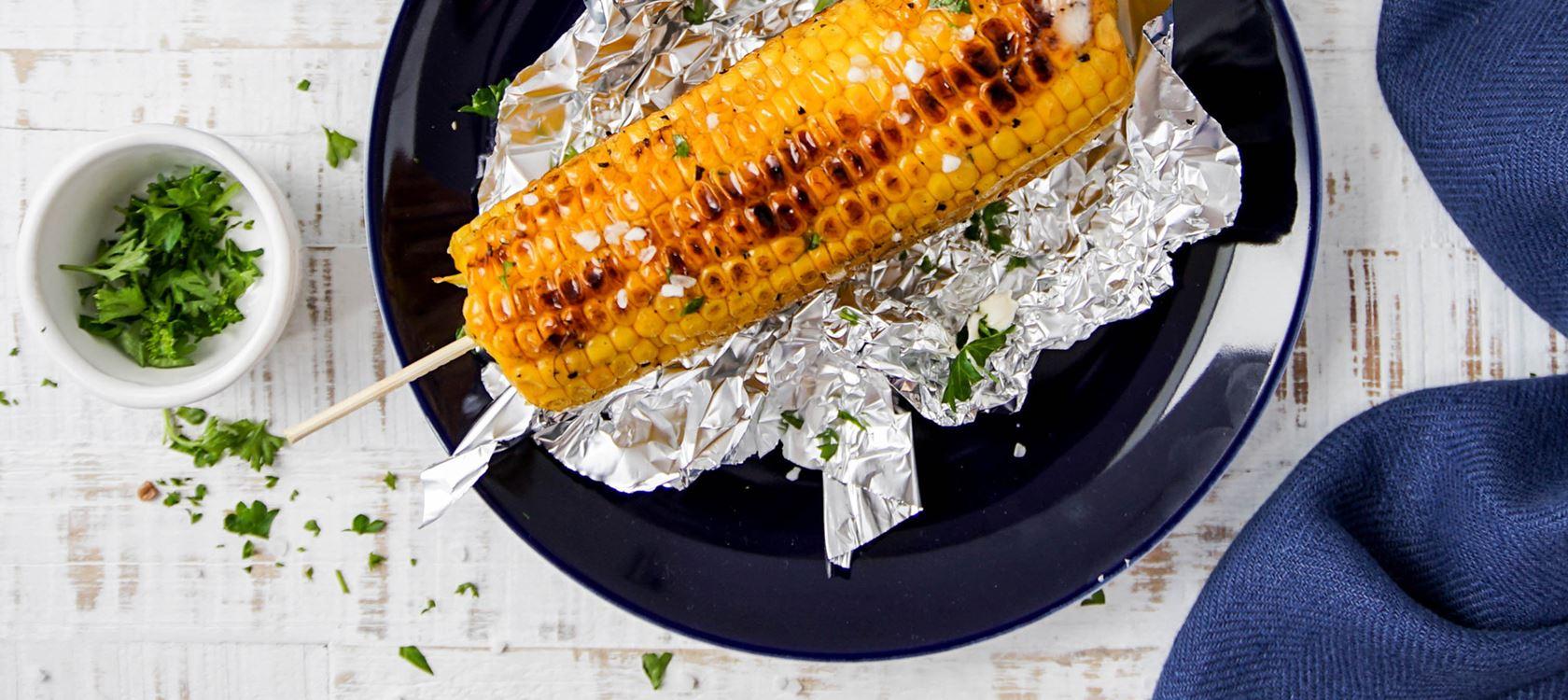 Gegrillter Maiskolben mit knusprigem Kräuterbrot