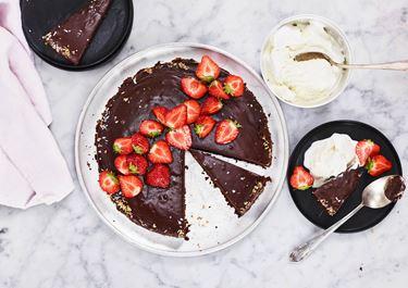 Schwedischer Schokoladenkuchen mit Kaffee und Ganache
