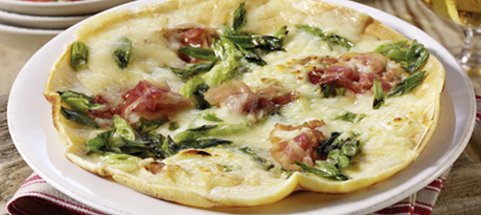 Käse-Speck-Pfannkuchen mit Tomatensalat