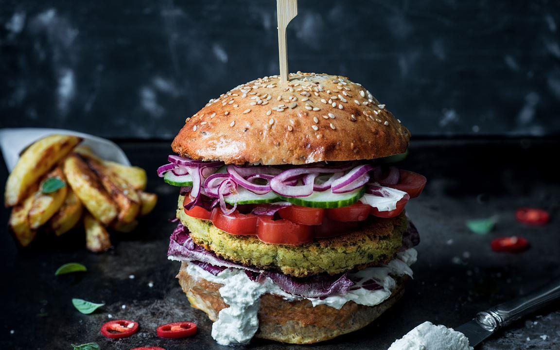 Falafel Burger mit schnellem Zwiebelpickle