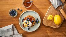 Flaumige Haferpfannkuchen mit Arla® Skyr und Heidelbeeren