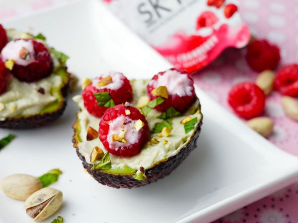 Gefüllte Avocado mit Arla® Skyr Himbeere-Cranberry und Pistazie