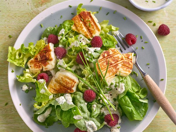 Grüner Salat mit scharfem Arla Buko® Jalapeño Salatdressing