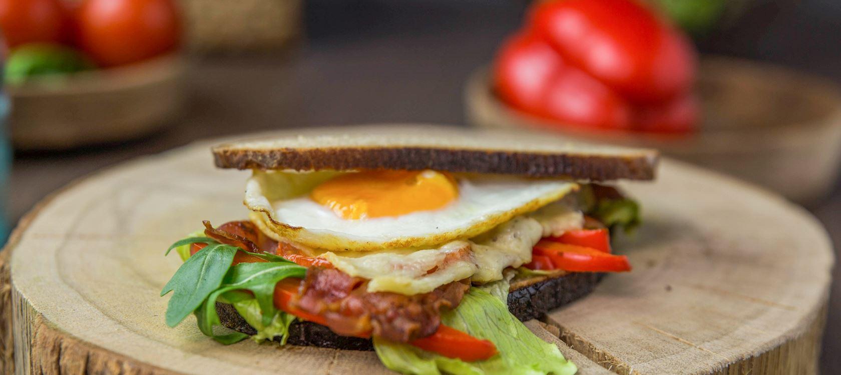 Grilled Cheese Sandwich mit Bacon und Spiegelei
