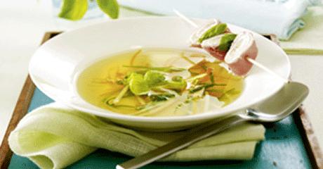 Klare Suppe mit Kräuter-Röllchen