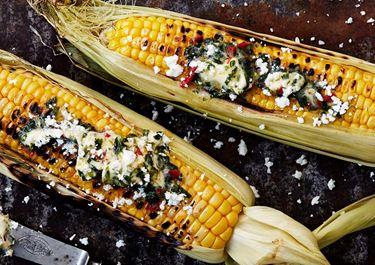 Gegrillter Mais mit Chilibutter und Feta