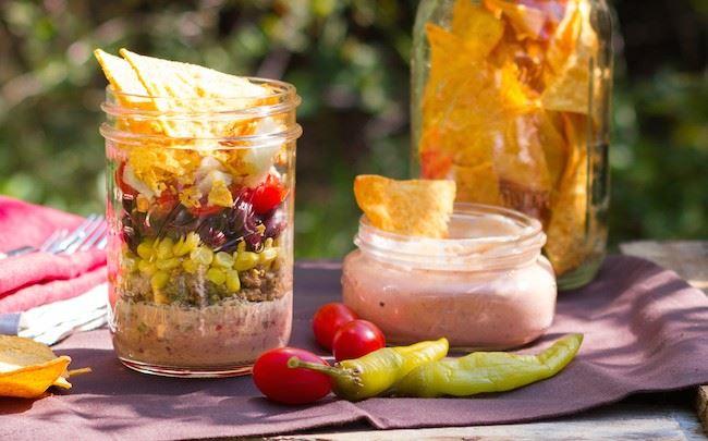 Mexikanischer Nacho-Salat im Glas mit Arla Buko® Barbecue