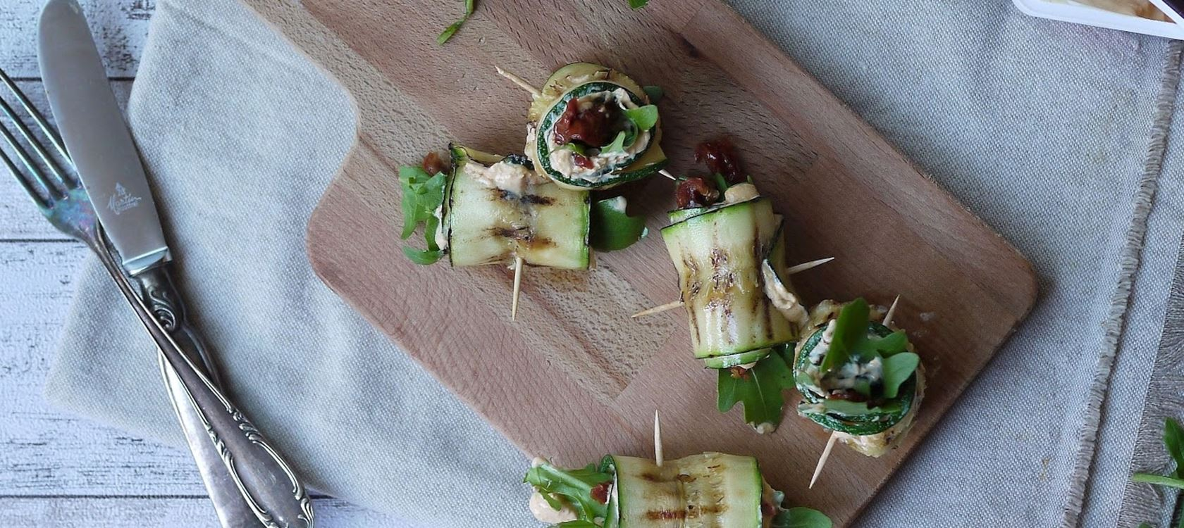 Vegetarische Zucchiniröllchen mit Arla Buko® Tapas