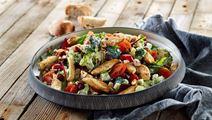 Brokkoligemüse mit Preiselbeeren, Hühnerfiletstreifen und mit Senf verfeinertem Arla® Skyr