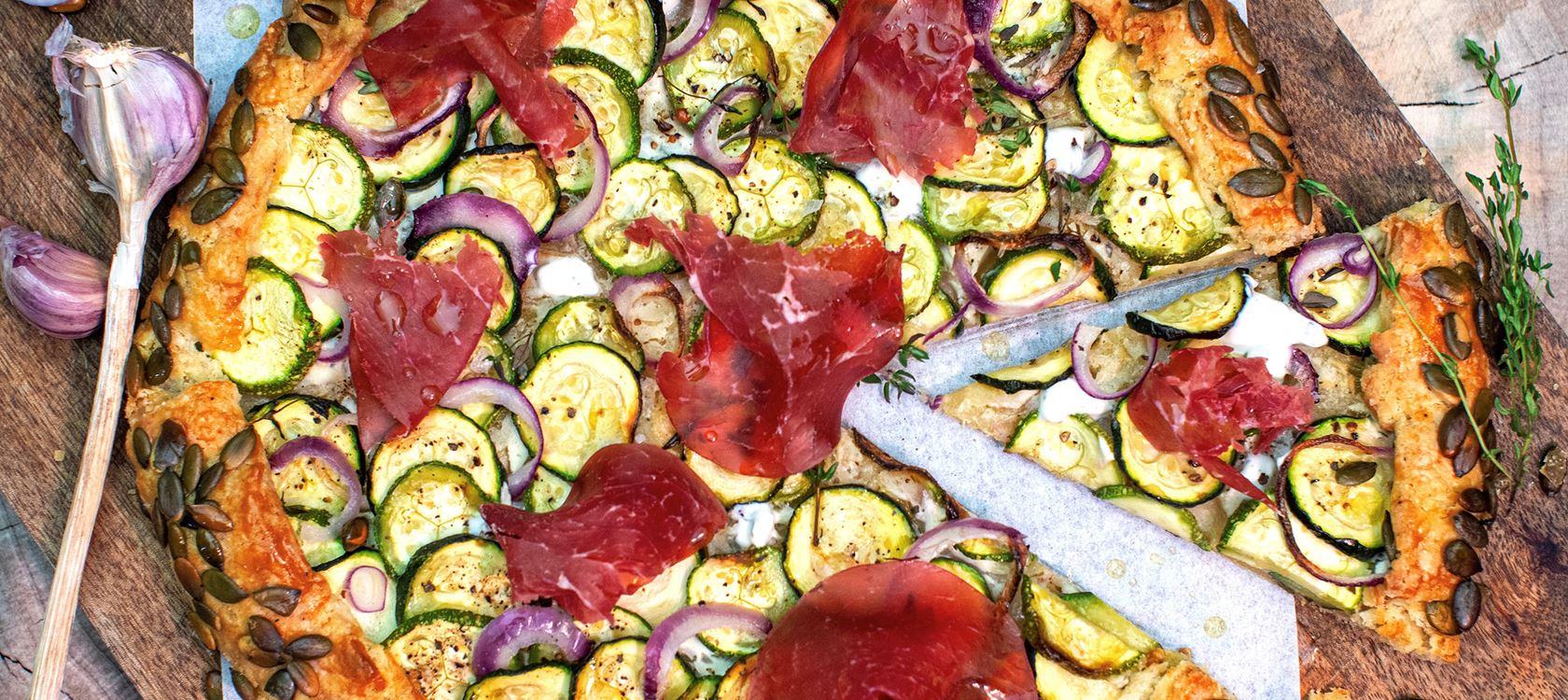 Zucchini-Galette mit Bresaola und Arla Buko® Frische Dip Wiesenkräuter