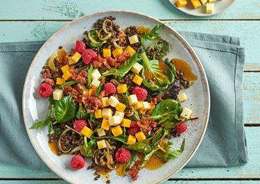 Linsensalat mit Himbeeren, Speck und Finello Salatwürfeln