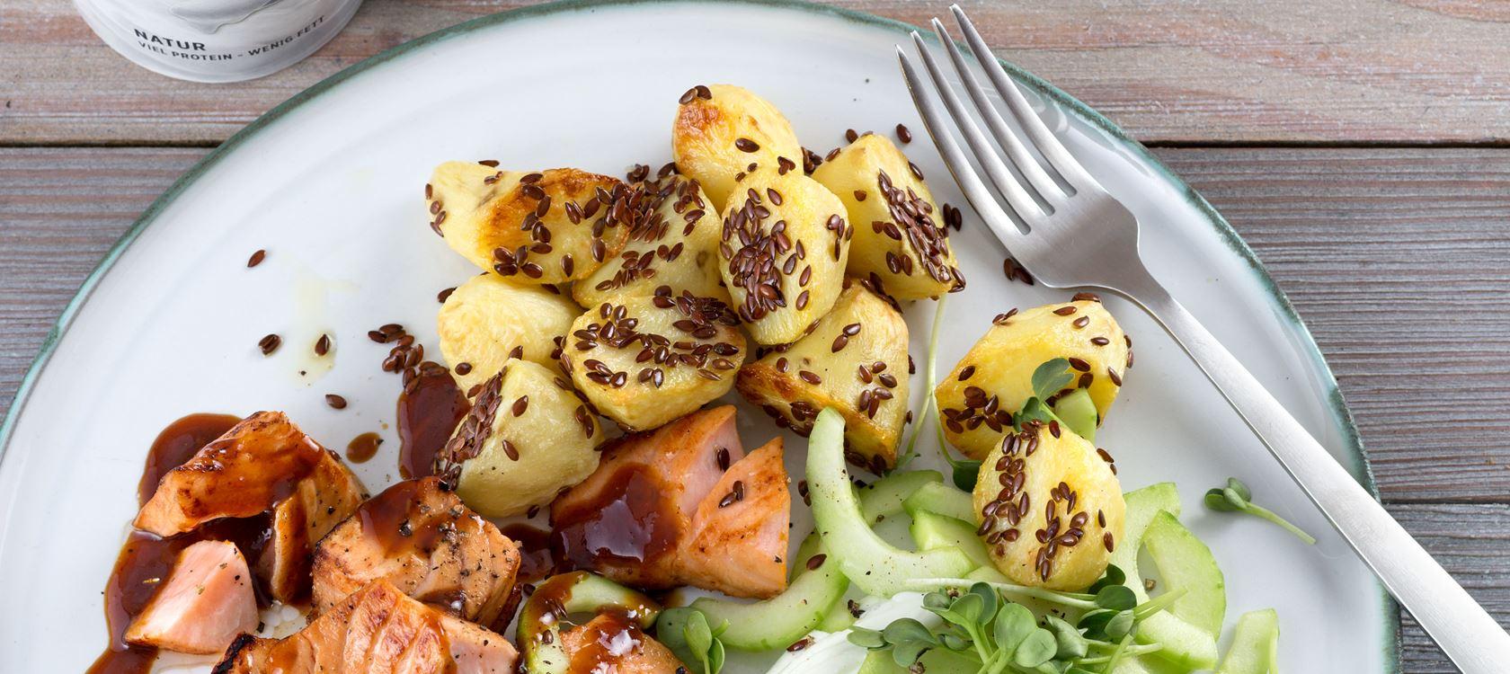 Arla® Skyr Wasabi-Dip  mit Gurke, Leinsamen-Kartoffeln und Orangen-Lachs