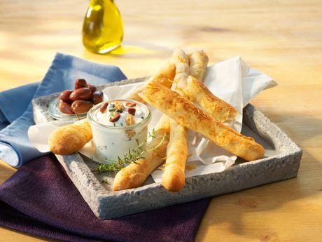 Oliven-Ziegenkäse-Dip zu Grissini