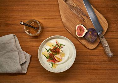 Arla® Skyr Bowl mit Feigen, Apfel, Honig und frischer Minze