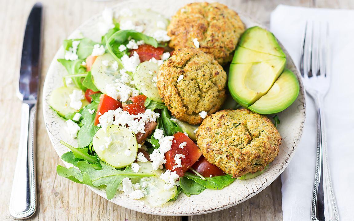 Zucchini-Couscous-Laibchen mit Salat