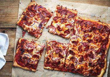 Pizza mit Chorizo und roten Zwiebeln powered by KptnCook