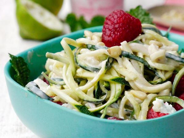 Süße Zucchini-Nudeln mit Himbeeren