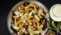 Bagt pastinaksalat med linser, bacon og grøn fløde