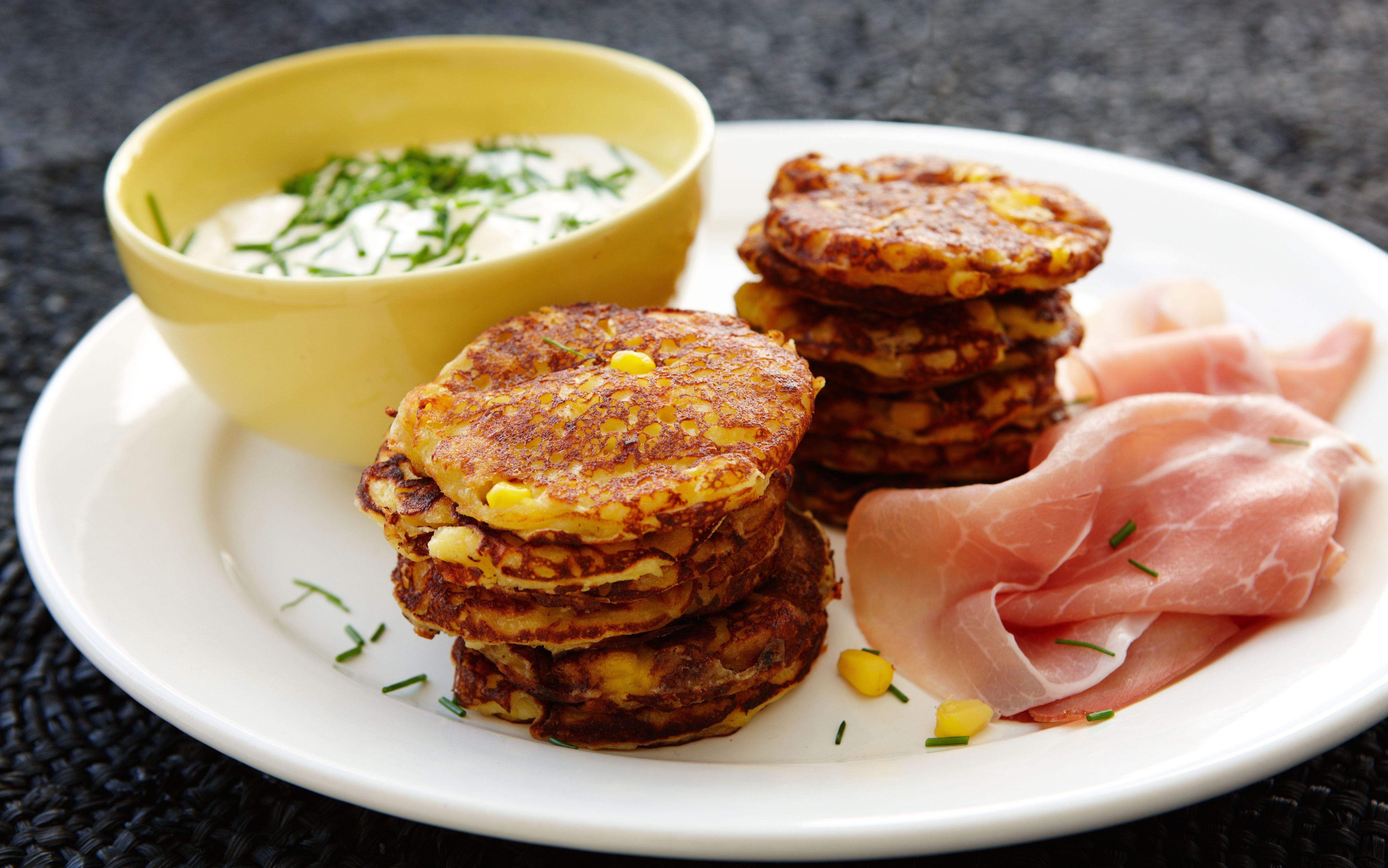 Majs-klatkager med skinke og purløgsdressing