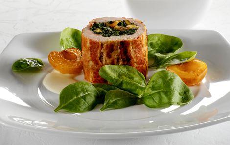 Schnitzelrulle med spinat og bagte abrikoser