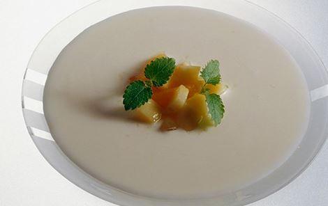 Iset ingefærsuppe med lun kompot