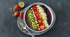 Smoothie bowl med brombær, yoghurt og havregryn