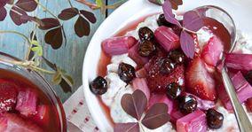 Chiagrød med bagte jordbær og rabarber