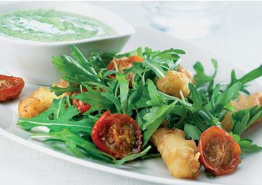 Salat med sprød kylling og bagte cherrytomater