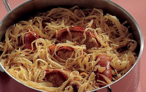 Koteletter og pølser i kål