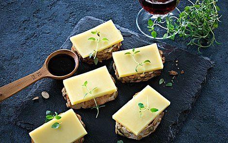 Bruschetta med blåbærsirup, timian og ost