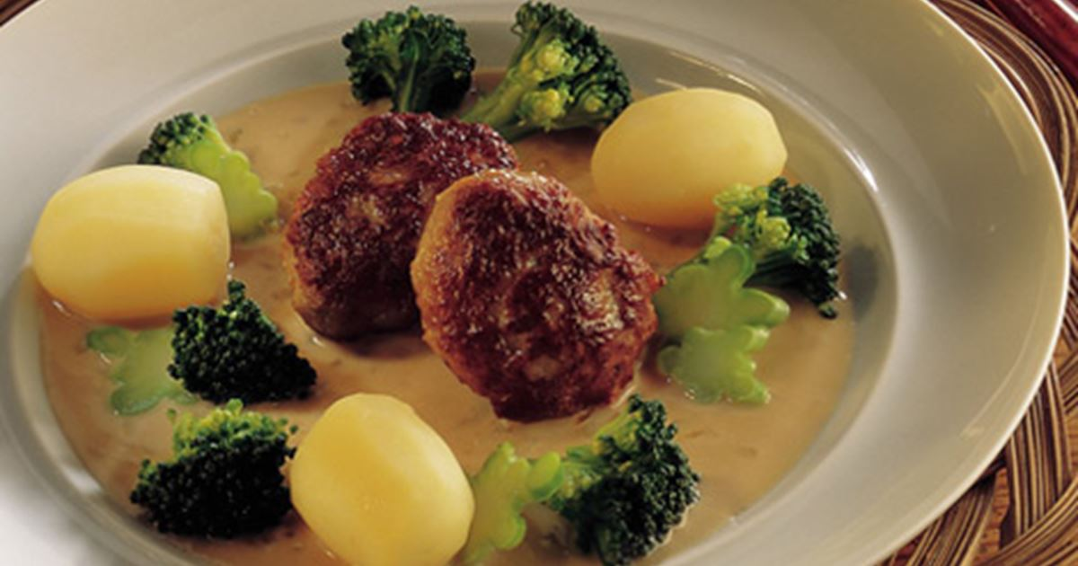 Frikadeller med kartofler, broccoli og løgsauce - Opskrifter - Arla