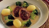 Frikadeller med kartofler, broccoli og løgsauce