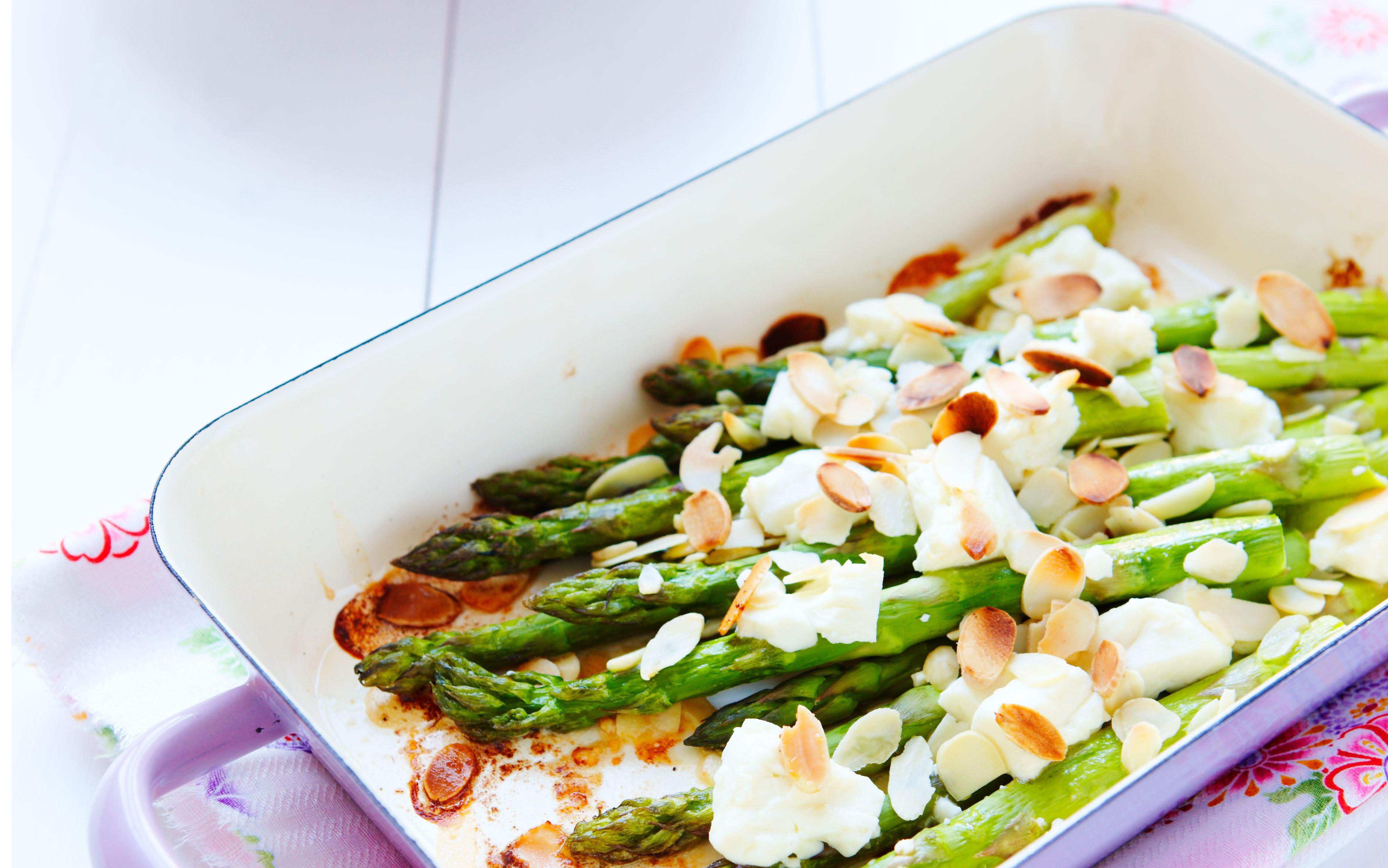 Ristede asparges med salatost