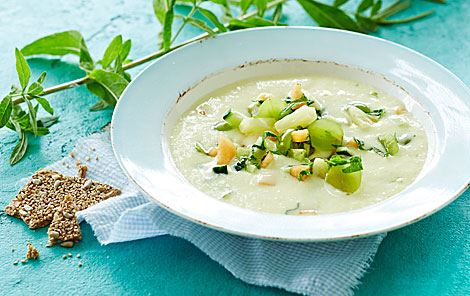 Kold og hot suppe med frugt, agurk og mynte