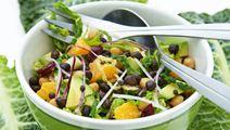 Salat med kikærter, kål, frugt og linser